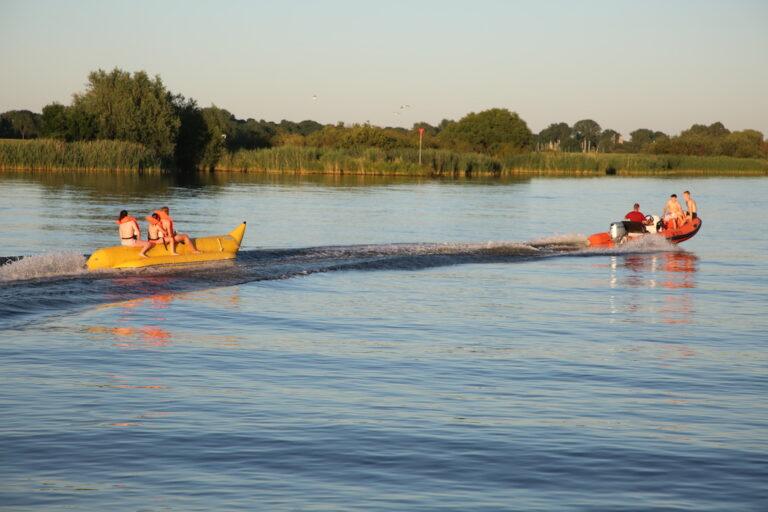 Waterpret met de speedboot en de banaan op de Hester Kampen