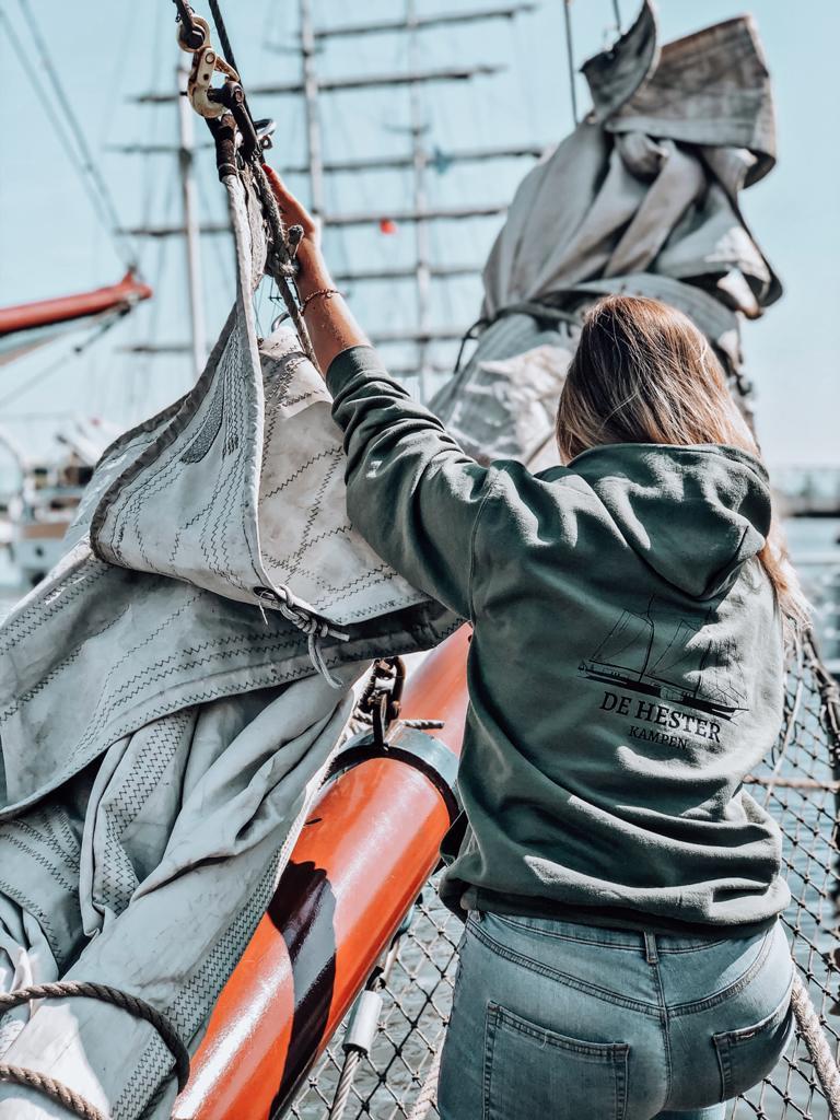 De hoodie is heerlijk als je aan boord bent van De Hester maar ook voor erna