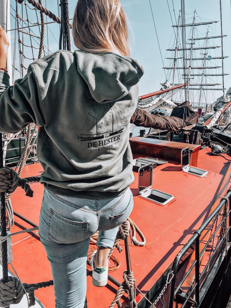 achterzijde van de hoodie van De Hester